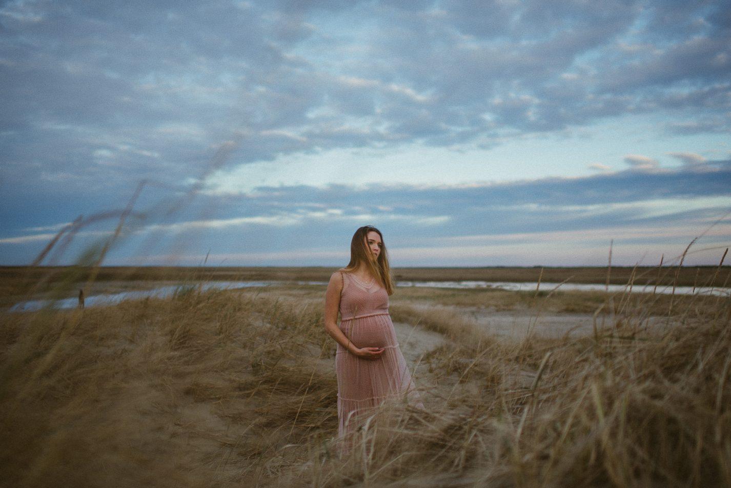 Schwangere Frau in den Dünen Dänemarks, Familienbilder von Anne und Björn, Gras, Sand, Wolken, Watt, Kleid, lange Haare,