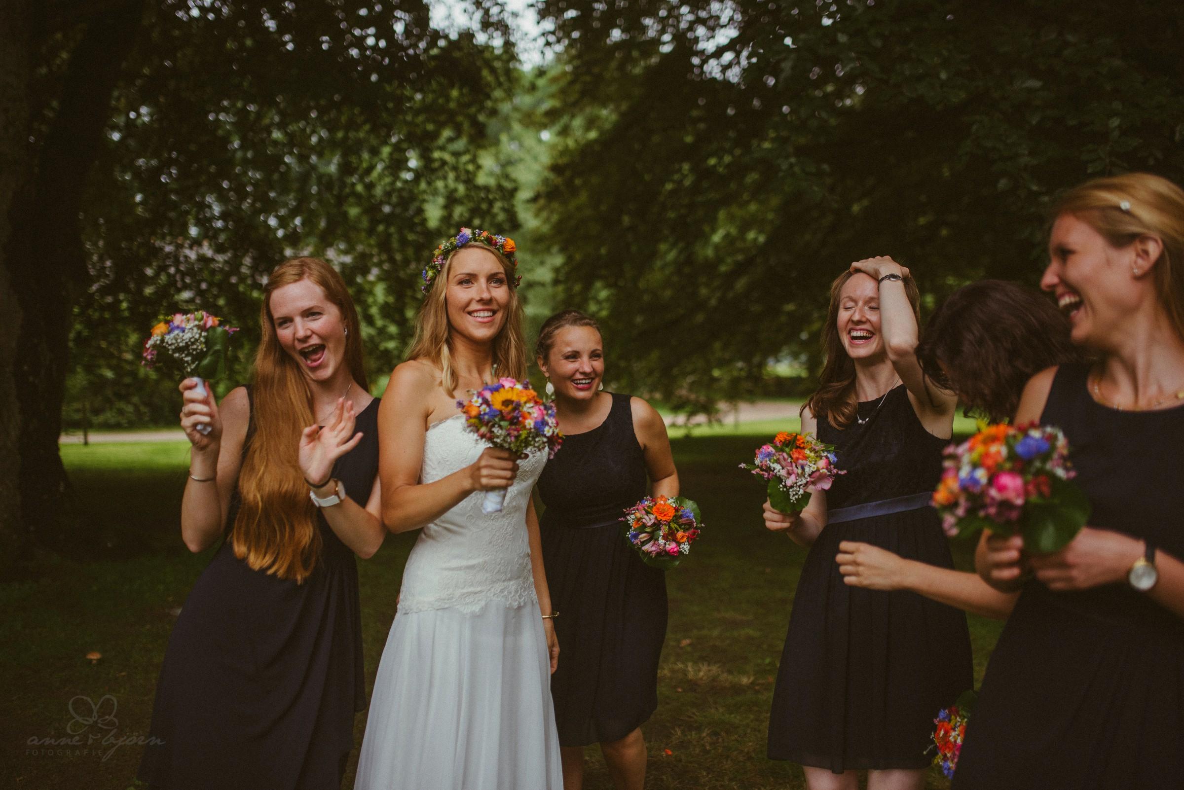 Freude, Hochzeitsfotograf Lüneburg, Heide, Gut Thansen, Blumen, Brautjungfern