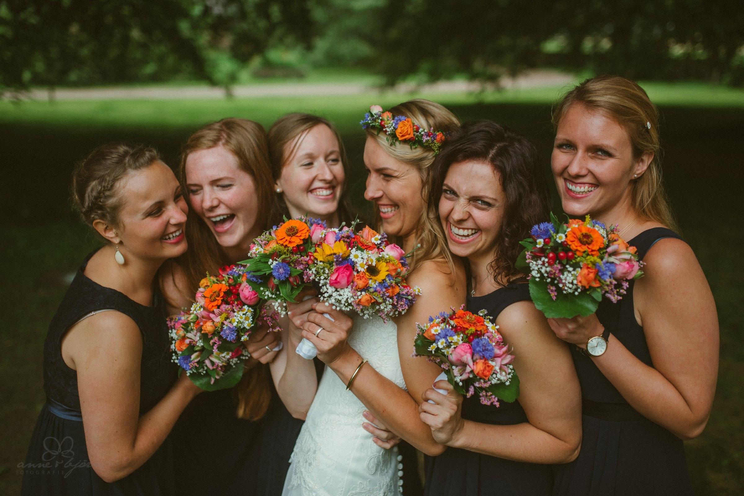 Brautjungfern, Blumenstrauß, bunt, Brautjungfernkleider, Freundinnen, Fotografin
