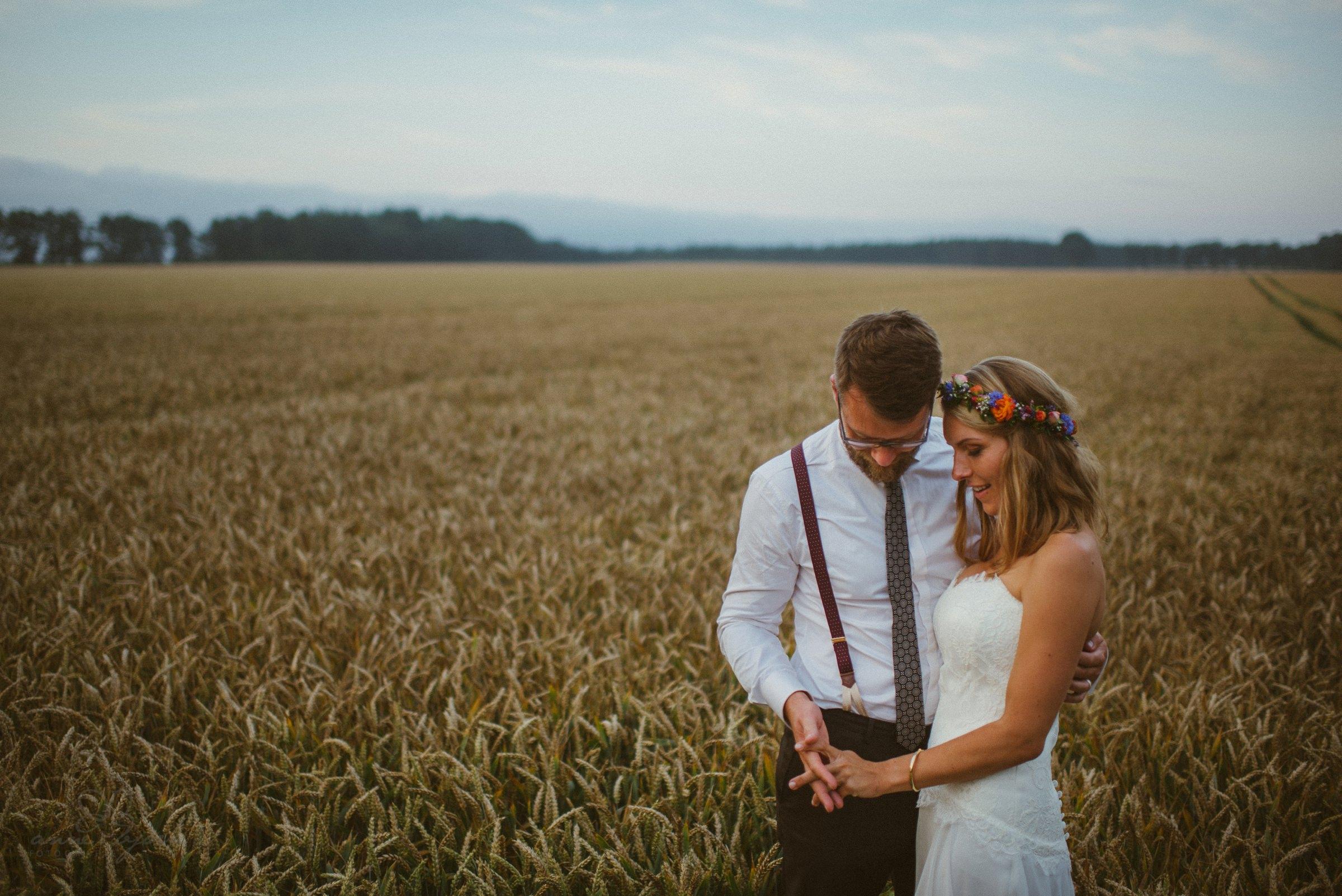 Hochzeitsfotograf Heide, Paar, Feld, Blumenkranz, bunt, Wolken