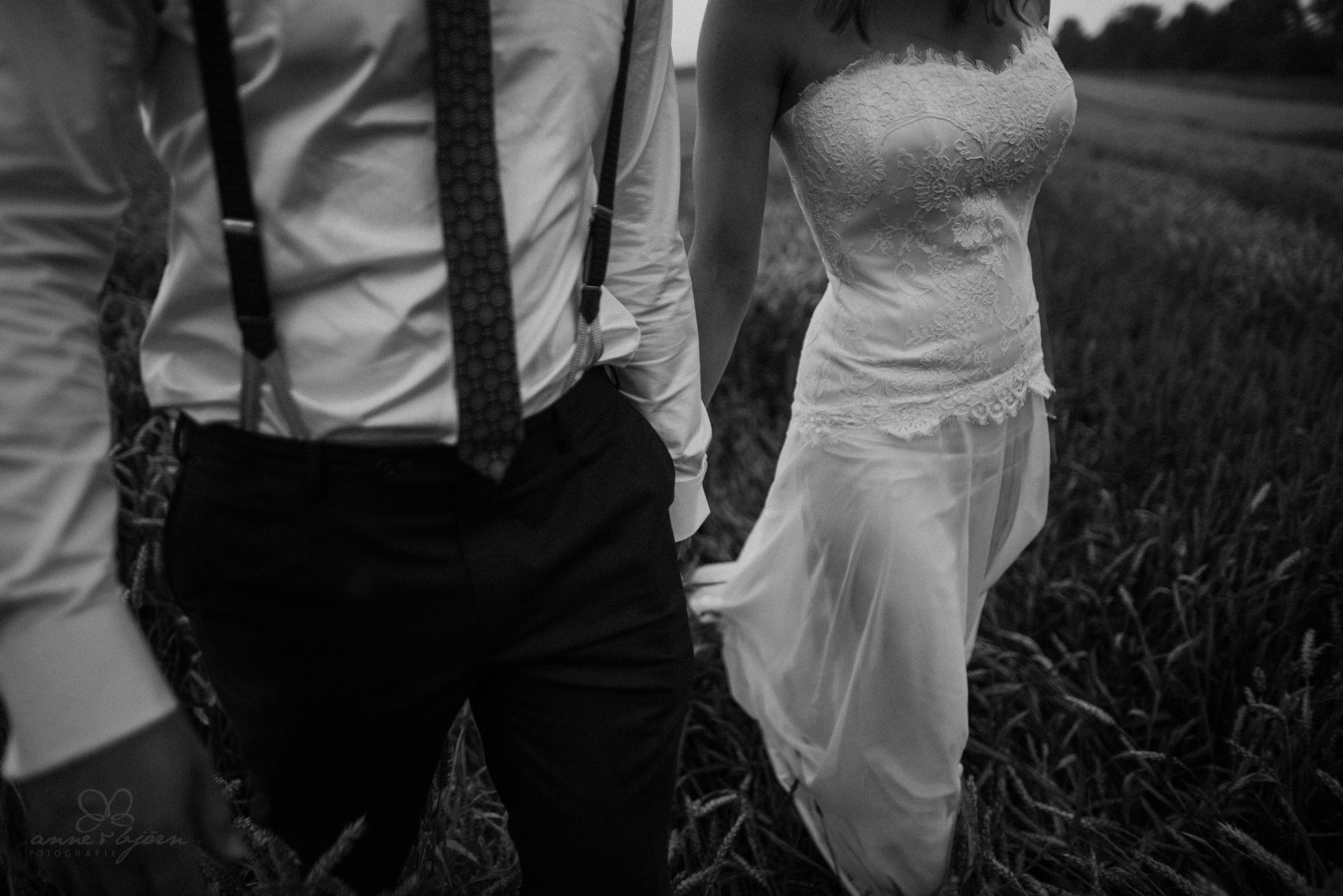Hand in Hand, schwarzweiß, Brautkleid, Spitze, Schlips, Feld